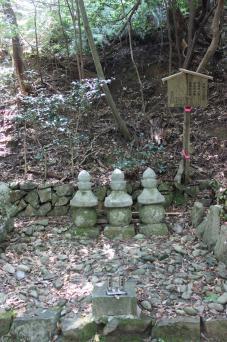 源朝長の墓